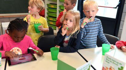 Ben de Bever helpt kindjes tanden poetsen met tandenpoetslied