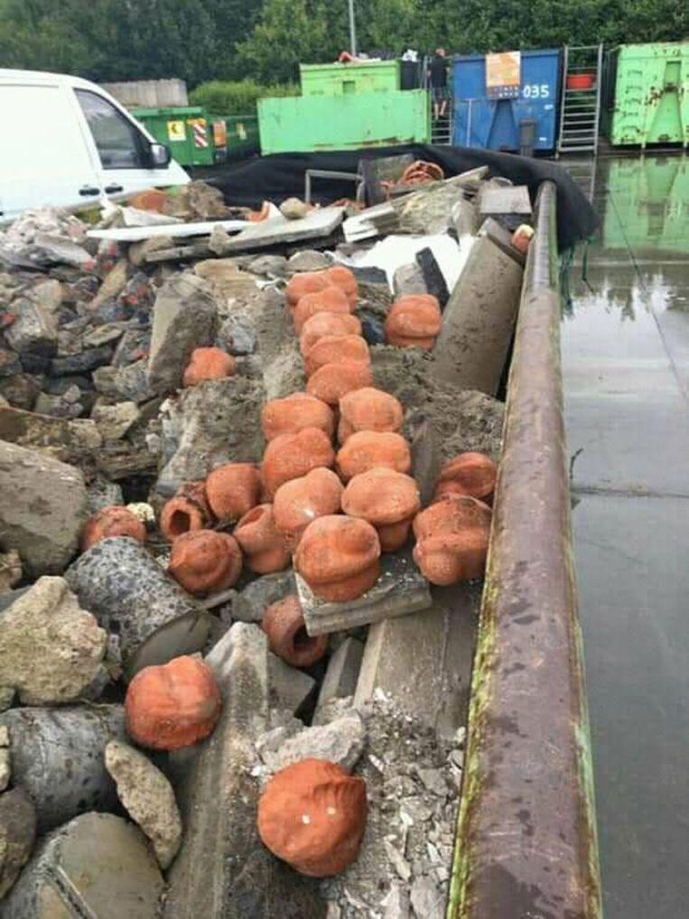 De beeldjes van het WO I-beeldjesproject 'ComingWorldRememberMe liggen tussen steenpuin in het containerpark in Gullegem.