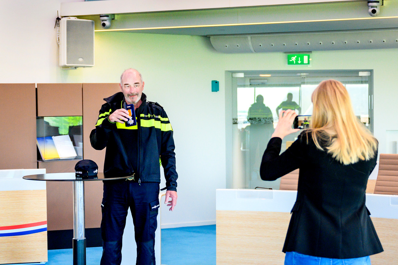 Wijkagent Jacques Stans krijgt een lintje uitgerijkt van burgemeester René Verhulst in het gemeentehuis.