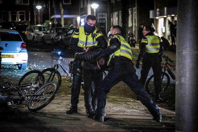 Arrestatie op de Geitenkamp in Arnhem, waar al vijf avonden op rij sprake is van ernstige vuurwerkoverlast.