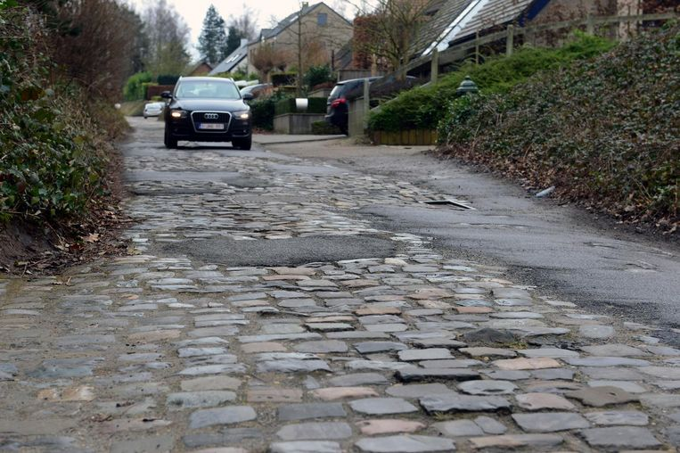 De Bovenbosstraat is een lappendeken van (inderhaast opgevulde) putten, losse kasseien en asfalt.