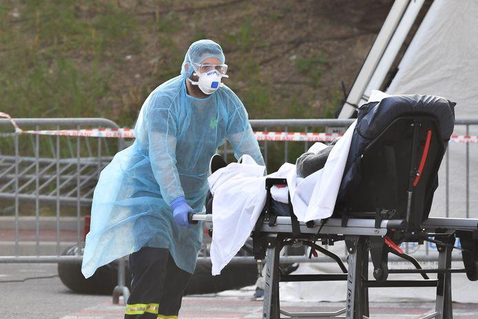 Les patients arrivent à l'hôpital Pasteur à Nice, le 20 mars 2020