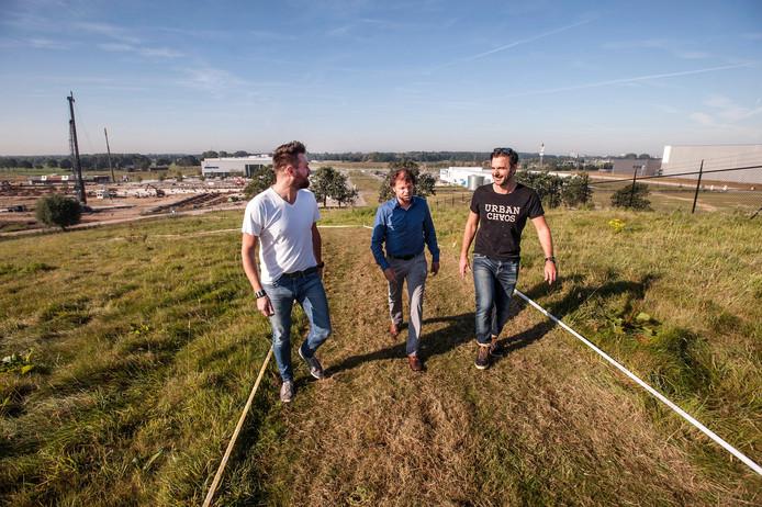 De Breda Breepark Challenge is wielerdag bovenop de Bavelse Berg. vlnr: Christophe Sutin, Chanan Hornstra en oud-wielrenner Servais Knaven. lopen over het parcours