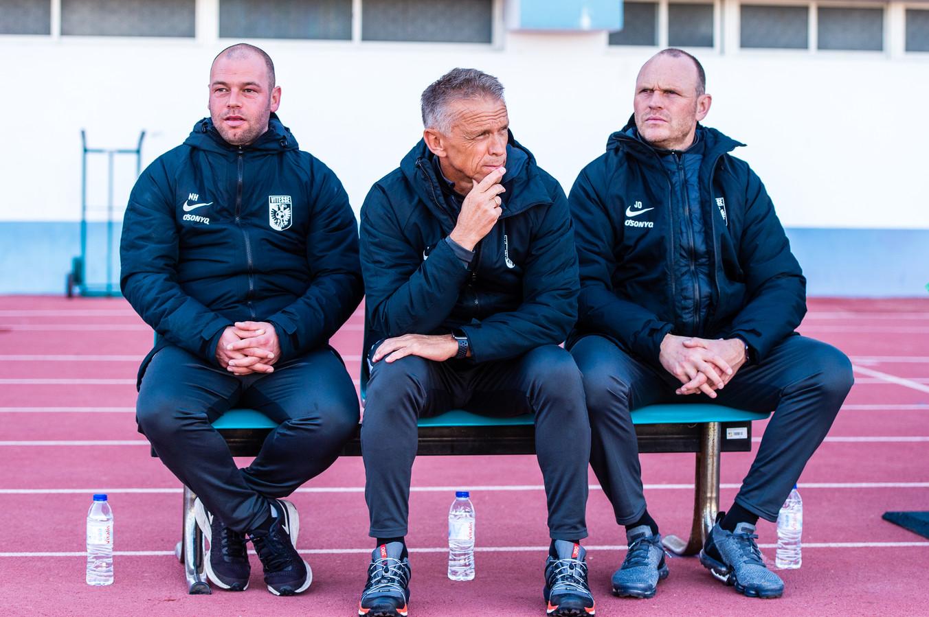 Nicky Hofs (links) afgelopen seizoen als assistent van Edward Sturing (midden).