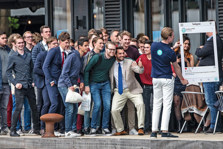 Leden van de jongerenvereniging van Forum voor Democratie gaan op de foto met hun leider, juni 2019. Beeld null