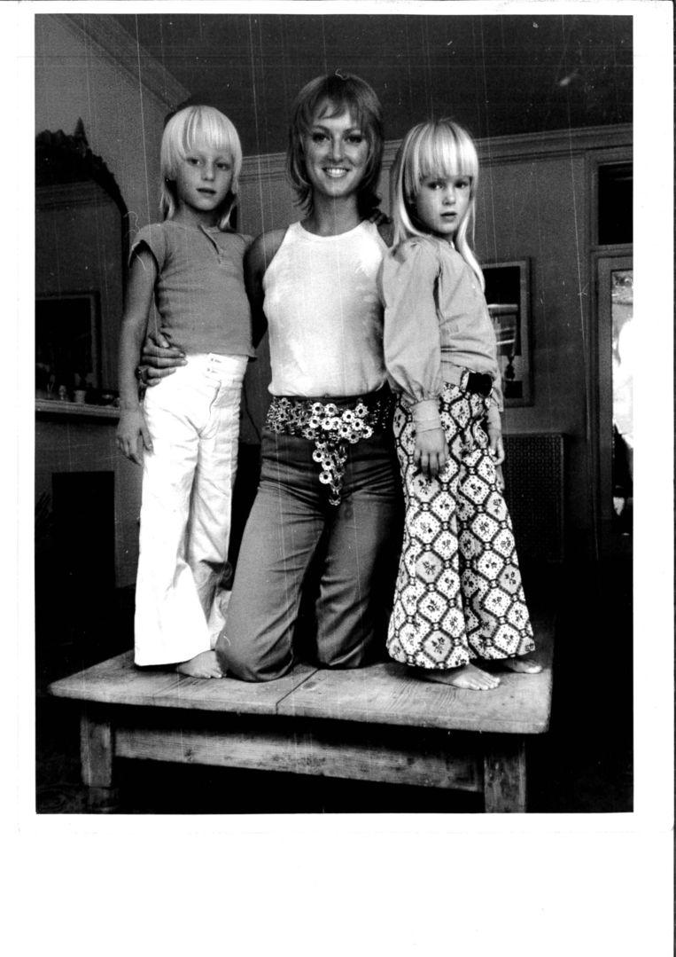 Zo moeder... Filippa (rechts) in door haar moeder (midden) ontworpen kleding. Beeld
