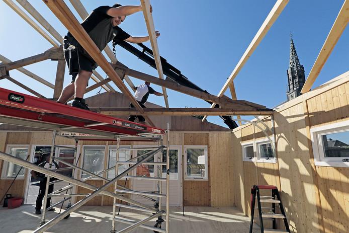 PVH Overlangel Op het parkeerterreintje van OKSV wordt het paviljoen opgetrokken dat de komende tijd onderdak gaat leveren voor al de ontheemde verenigingen (na afbranden Petjesbar) BD OSS foto: Peter van Huijkelom