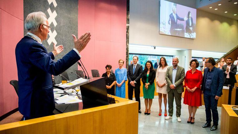 Waarnemend burgemeester Van Aartsen spreekt het nieuwe college toe. Beeld ANP