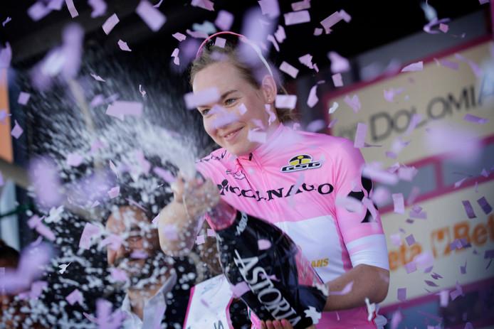 Van der Breggen viert haar eindzege in de Giro.
