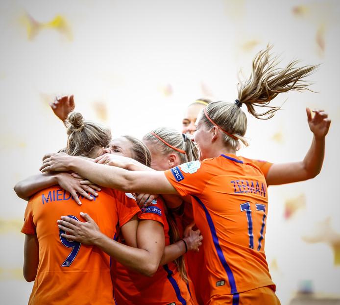 De speelsters van het Nederlands vrouwenelftal op het podium na het winnen van de finale tussen Nederland en Denemarken van het EK vrouwenvoetbal in het FC Twente Stadion.