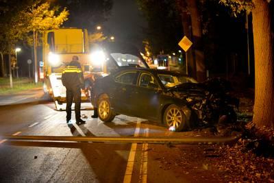 Auto ramt lantaarnpaal uit grond en knalt tegen boom in Teteringen: bestuurder gewond