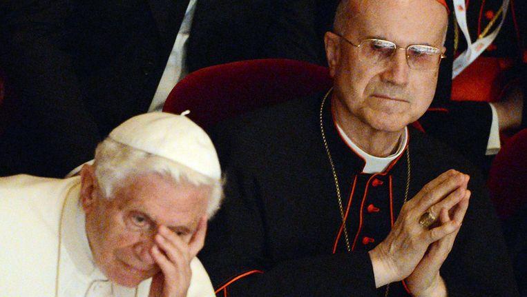 Pauselijke paperassen zouden zijn gelekt met het doel kardinaal Bertone (r) weg te krijgen, na de paus de machtigste man in het Vaticaan. Beeld afp
