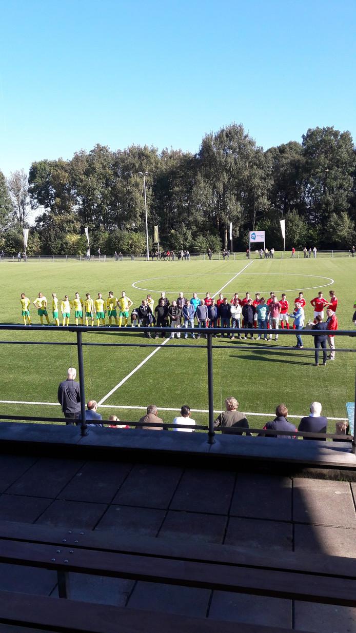 Het scheidsrechterskorps wordt voor aanvang van de derby in het zonnetje gezet.