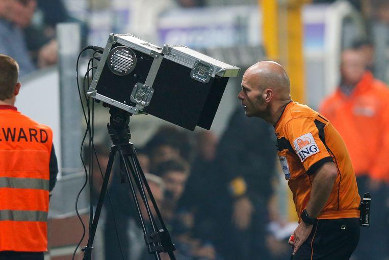 Sebastien Delferiere raadpleegt videobeelden.