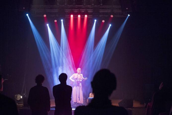 Gitta de Ridder met gitaar was één van de artiesten op het Liedjesmakersfestival in Hof 88.