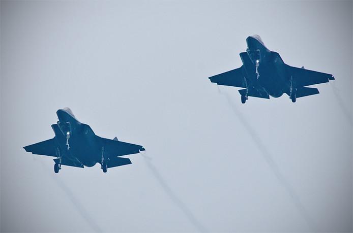 De twee f-35's boven het (niet zo) zonnige Woensdrecht.