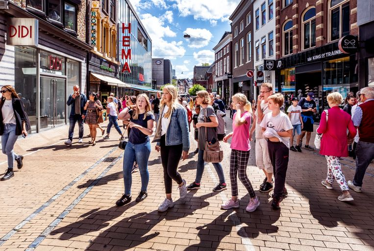 Drukte op straat in Groningen. Beeld Raymond Rutting / de Volkskrant