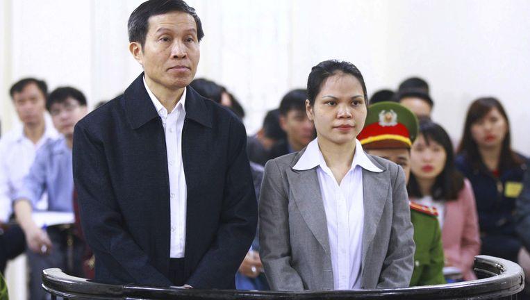 Nguyen Huu Vinh (links)en zijn assistente Nguyen Thi Minh Thuy. Beeld ap