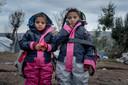 Twee vluchtelingenkinderen op Lesbos in hun sheltersuit.