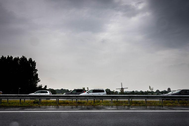 De snelweg A2 tussen 's Hertogenbosch en Utrecht na hevige regenval. Beeld null