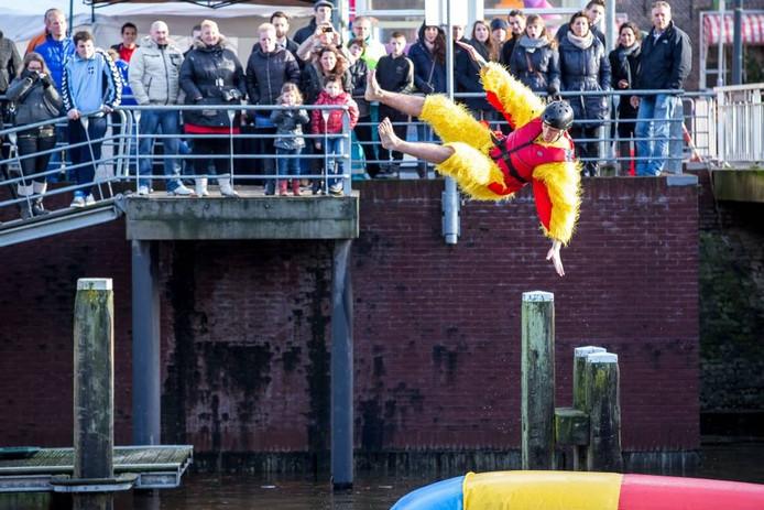 De eerste nieuwjaard blobjump in Zwolle trok enkele honderden toeschouwers naar de binnenstad.