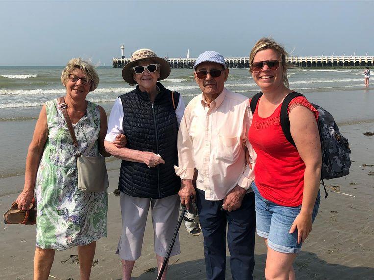 Bewoners Ter Engelen brengen bezoek aan de kust.