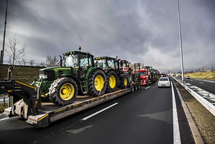 Groningse boeren met trekker op de snelweg