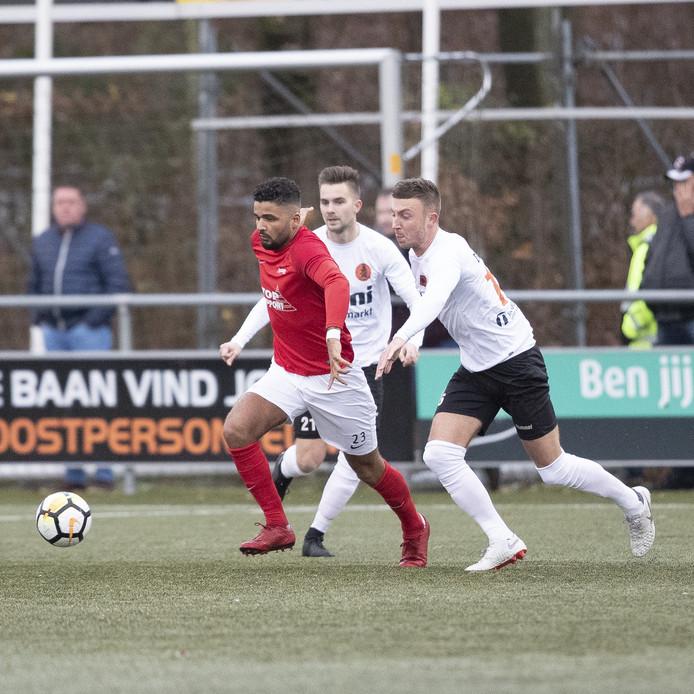 Cem Köse schudt de tegenstanders van Sparta Nijkerk van zich af. Excelsior'31 won de topper in Rijssen en blijft de trotse koploper in de hoofdklasse B.