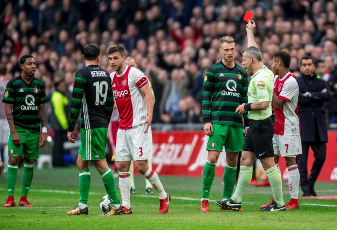 Nicolai Jorgensen krijgt zijn tweede gele kaart en mag met rood van het veld.