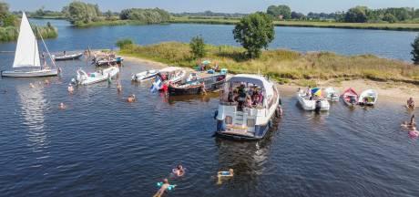 Veel waarschuwingen en één boete bij geliefd maar verboden strandje in Zwolle