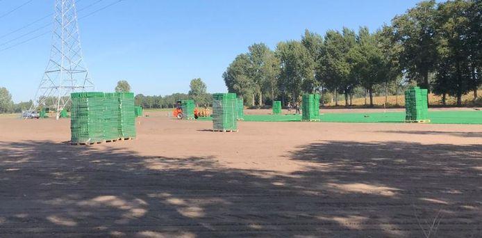 De plastic grasmatten die nu onder het gras liggen op het campingterrein van Paaspop in Schijndel.