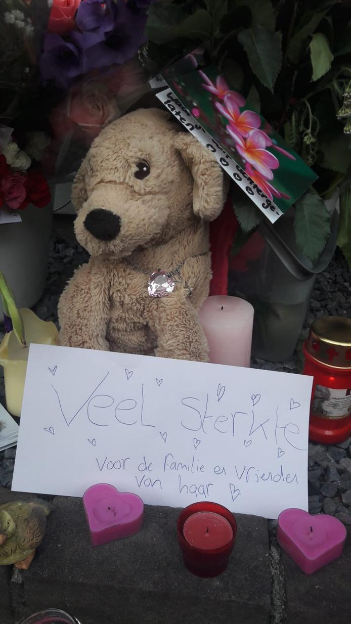 Familie en vrienden plaatsen bloemen, knuffels en kaarsen bij het huis van Megan in Breda.