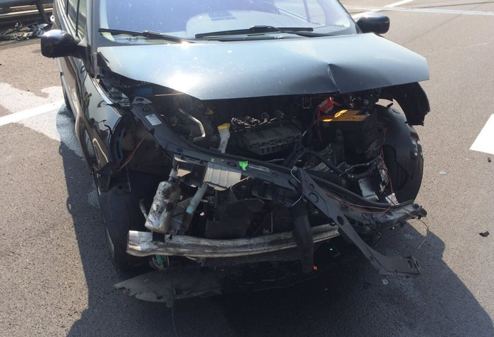 Zowel de voor- en achterkant van de auto zijn beschadigd.
