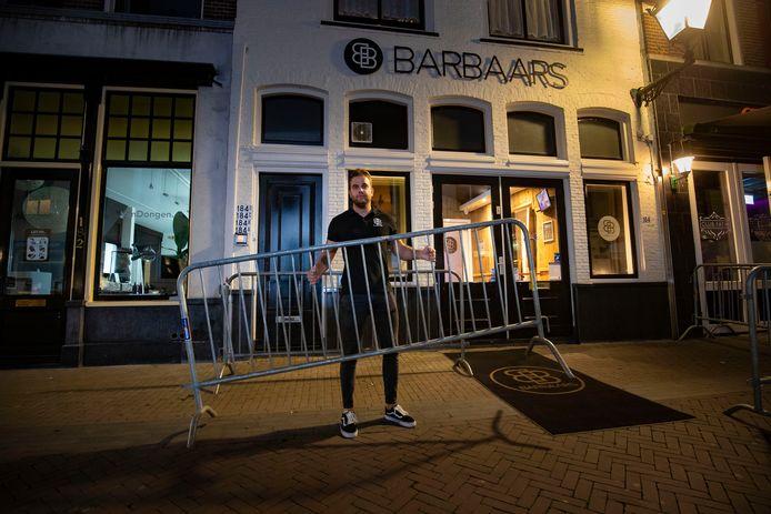 Bij Barbaars in Kampen zwellen de wachtrijen steeds maar weer aan en daarom zijn dranaghekken een must geworden.