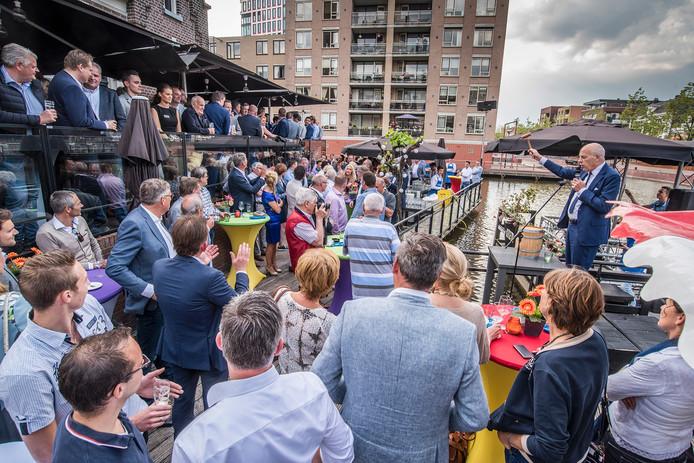 De sfeer zit er goed in. Heracles vooorzitter Jan Smit (rechts op de foto) spreekt de menigte toe.