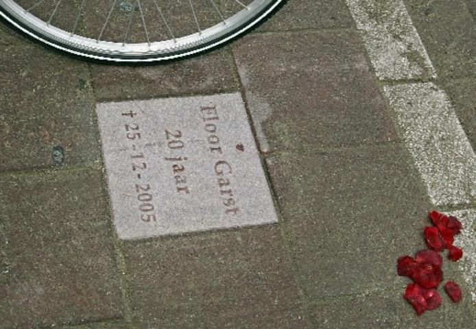 Sinds gisteren ligt er bij het Churchillplein een tegel ter nagedachtenis aan Floor Garst. Foto YVONNE PIETERS