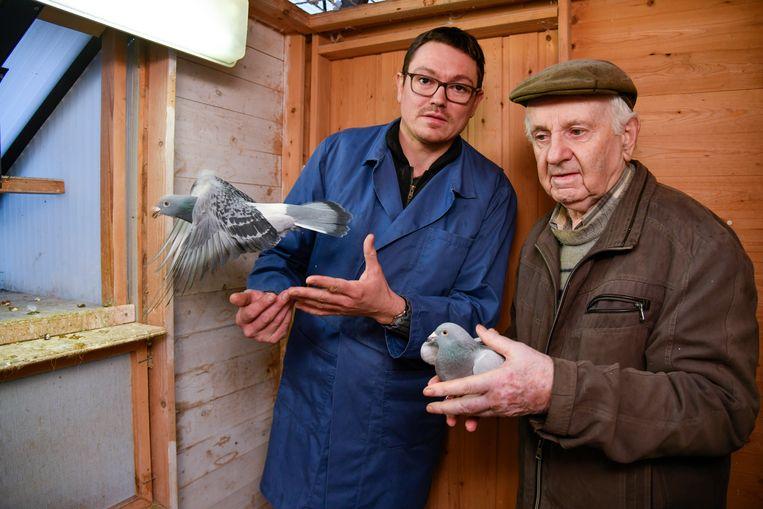 """Kenny De Tobel en Roger van Doorslaer, respectievelijk het jongste en oudste lid van Union Opdorp. """"De duivensport is de schoonste die er bestaat"""", menen ze."""