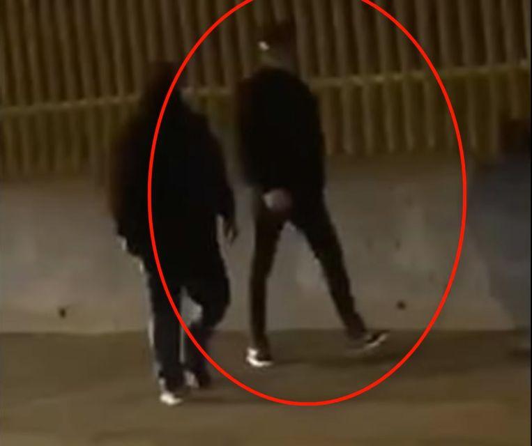 Volgens de Britse openbare omroep blijven de twee verdachten tot nader order in de cel. Twee andere mannen die donderdag samen met de twee verdachten gearresteerd werden, zijn vrijgelaten zonder inverdenkingstelling. De omcirkelde man is een van de verdachten.