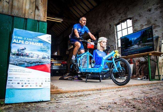 Arjan Leeuwenburgh is onderweg op zijn bakfiets op digitaal de Alp 'd Huez te beklimmen.