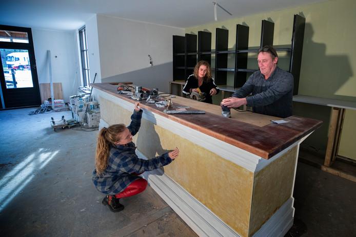 Joop Engelen, Anouk Sol en dochter Janneke zijn hard aan het werk om de Brabantse Boerin weer gereed te maken, na een brand in juli vorig jaar.