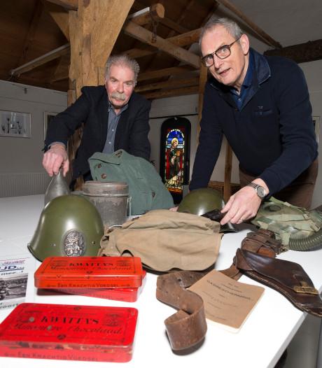 Wat moeten Frans en Hans met een vitrinekast voor een pop in militair tenue?