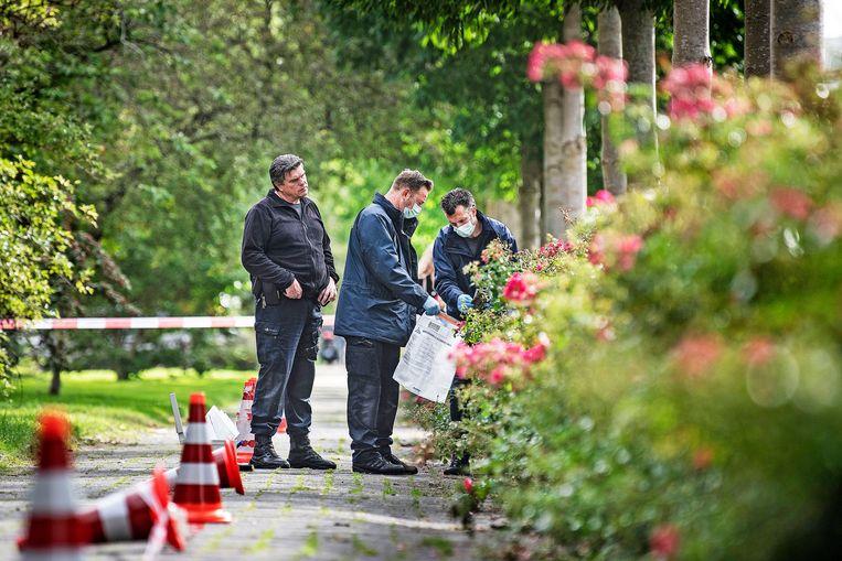 Rechercheurs doen sporenonderzoek in de buurt van de plek waar strafrechtadvocaat Derk Wiersum werd doodgeschoten.  Beeld null
