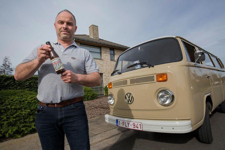 Wout Caron van 'Rondje Westhoek' bij een van zijn drie busjes. In zijn handen houdt hij het promobier dat speciaal voor zijn zaak werd gebrouwen: 'De Westhoeker' (zie kader).