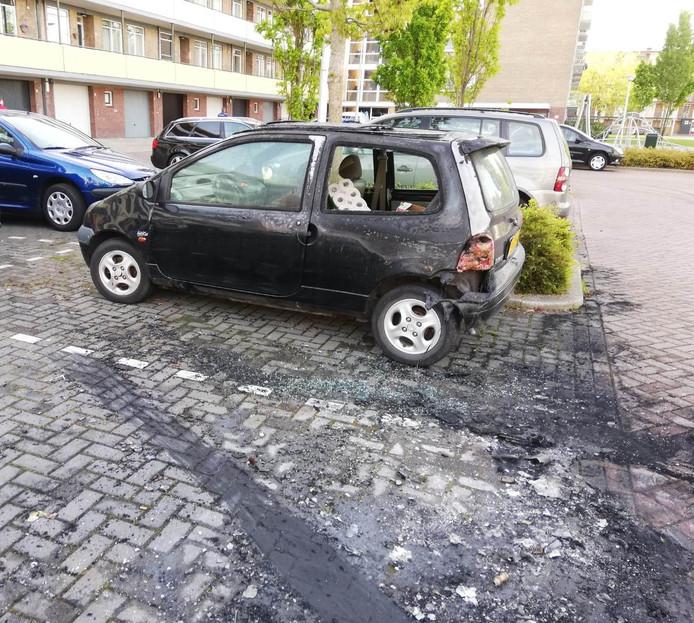 Eén van de auto's die beschadigd raakte door de brand.