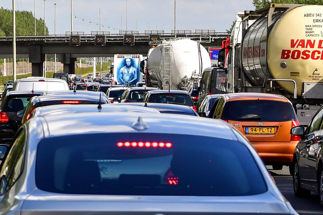 Foto ter illustratie.  Een file op de A16 richting Breda.