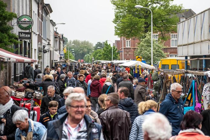 Drukte op de 1 mei-markt dit jaar in Sas van Gent, toen er voor het eerst een gratis passagiersboot tussen Zelzate-West en Sas van Gent werd ingezet.