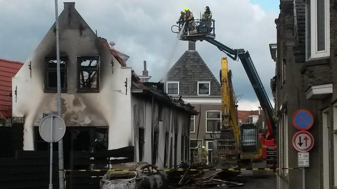 De brandweer bleef nablussen omdat het vuur steeds weer oplaaide.