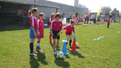Red Flames bezoeken meisjes FC Daknam