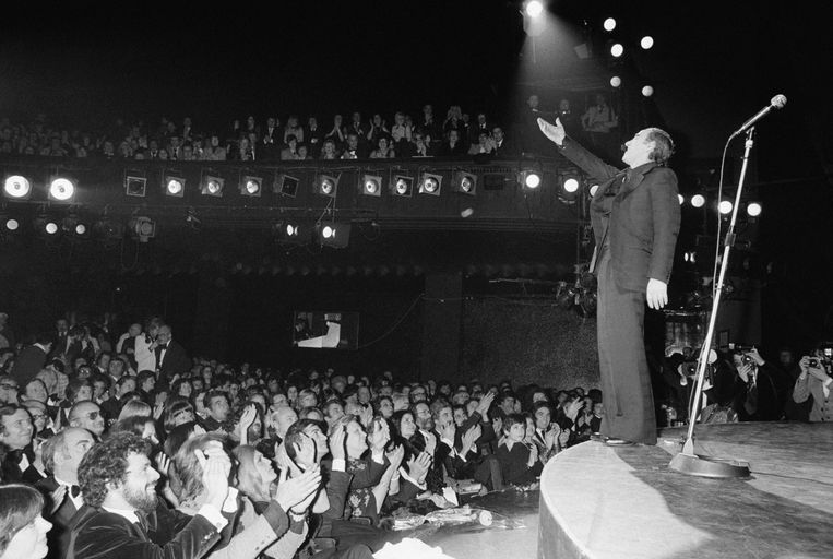 Charles Aznavour tijdens een optreden in de Olympia in Parijs (1976).  Beeld Gamma-Rapho via Getty Images