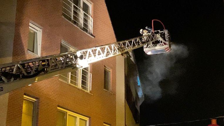 Bij aankomst van de brandweer sloegen de vlammen uit het raam van de flat.